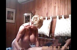 Kerl spielt in pornoreife frauen einem Bad